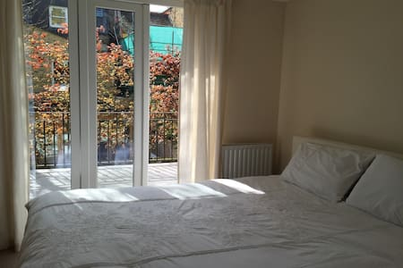 A bright two bedroom apartment - Fulham - Apartment