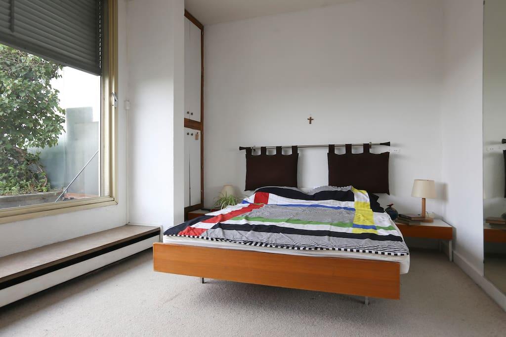 Les chambres donnent sur une terrasse d'où l'on jouit d'une des plus belles vues de Paris: Notre-Dame, Montmartre, le Panthéon....