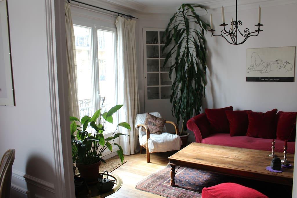 Salon spacieux s'ouvrant sur un balcon