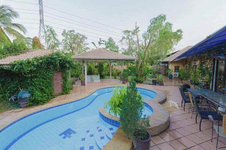 Villa 4 bdr + tropical garden/pool