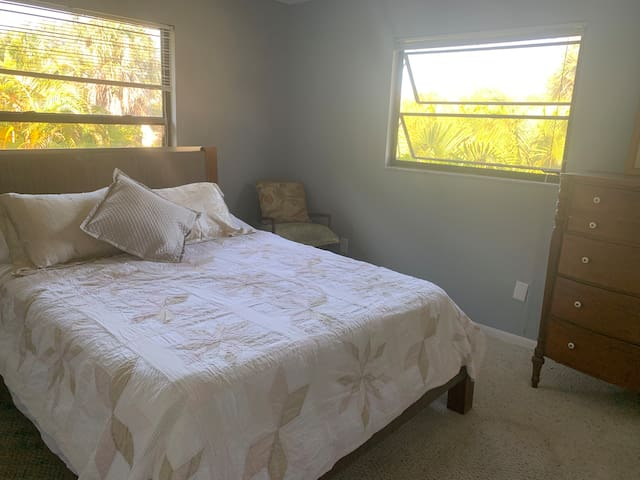 Queen size guest room