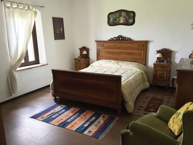 The room with the antique furniture