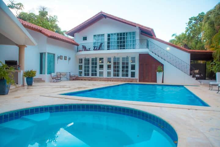 Casa de Campo cozy villa ( walk to beach)