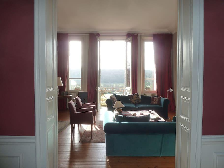Grand salon qui donne sur le jardin avec une très jolie vue.vue.