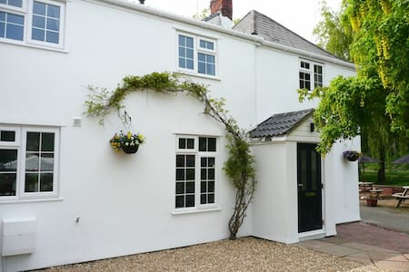Charming Chepstow Riverbank Cottage