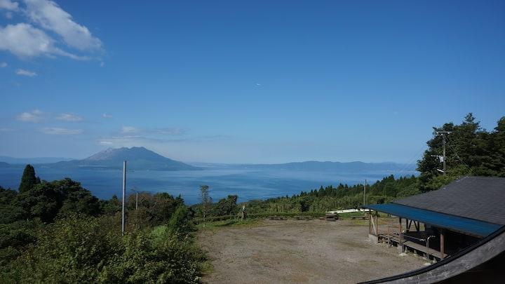 自然の中で雄大な錦江湾と桜島、そして夜には星空を満喫。最大6名までご家族・グループで宿泊可能!