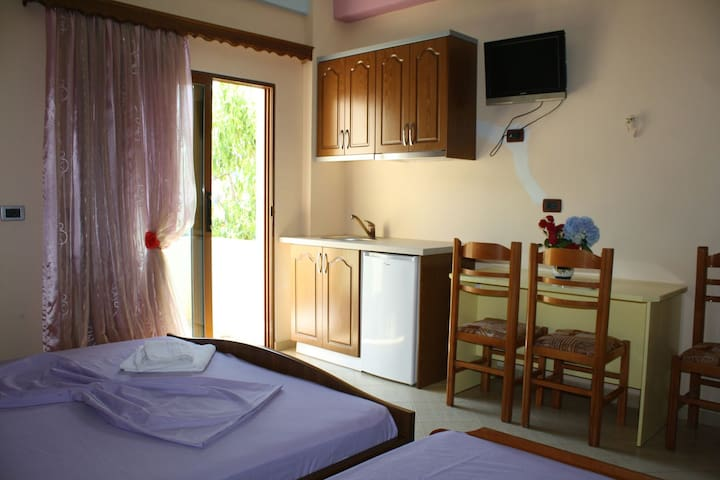 Triple room with sea view - Sarandë - บ้าน