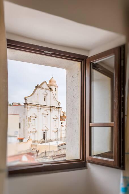 Camera matrimoniale: vista della facciata della primaziale di San Giacomo Apostolo