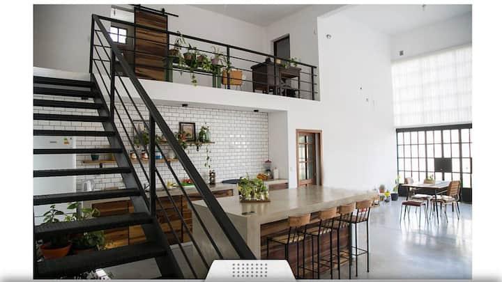Casa cálida, funcional con naturaleza y estilo.
