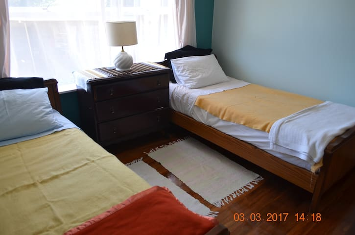 Cosy, twin bed room next to city centre_John'house