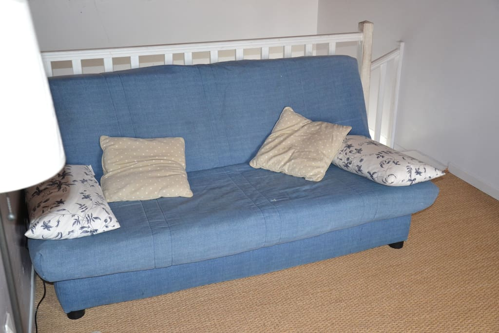 Espace détente privé, adjacent à la chambre, avec tv et canapé