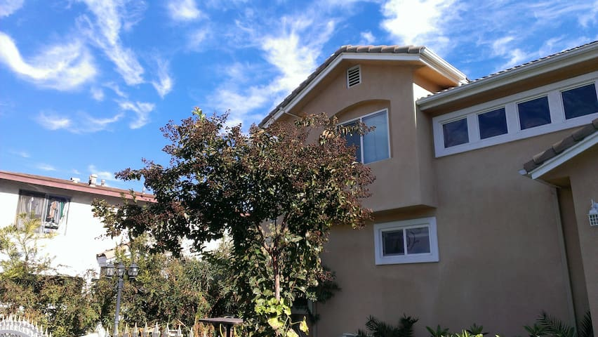 Bright & big room in upstairs - Monterey Park - Dom