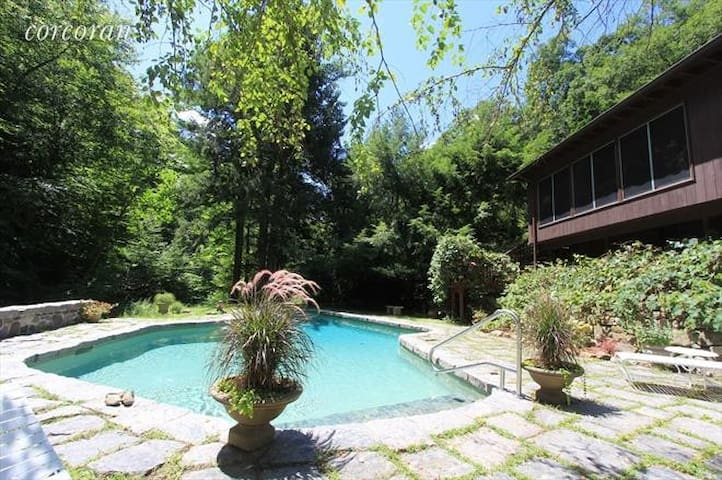 Cozy 3 beds & 3 baths w/ pool, 1 hr from NYC!