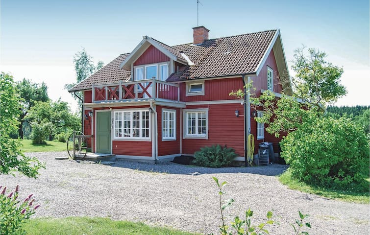 Former farm house with 3 bedrooms on 170m² in Malmköping