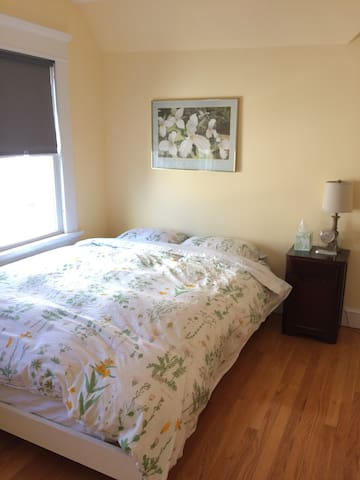 East Rock- Private, Clean, Lovely (TheYellow Room) - New Haven - Casa