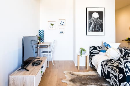 Boutique Carlton Apartment with Fast Wifi and Netflix