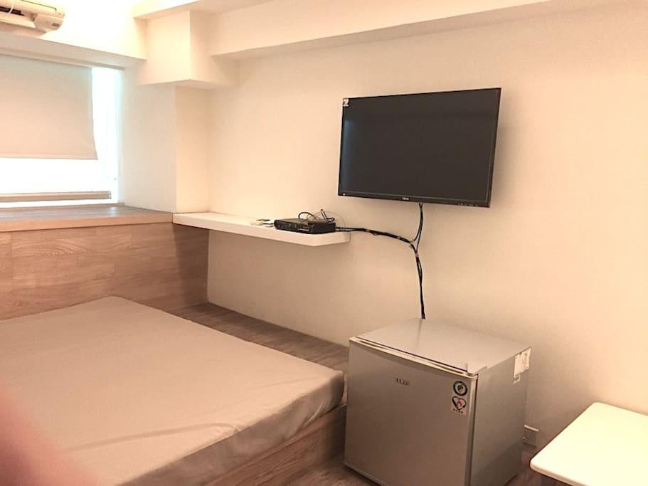 日式房型照片-2(雙人床  、小 小冰箱 、置物櫃 、電視機 )