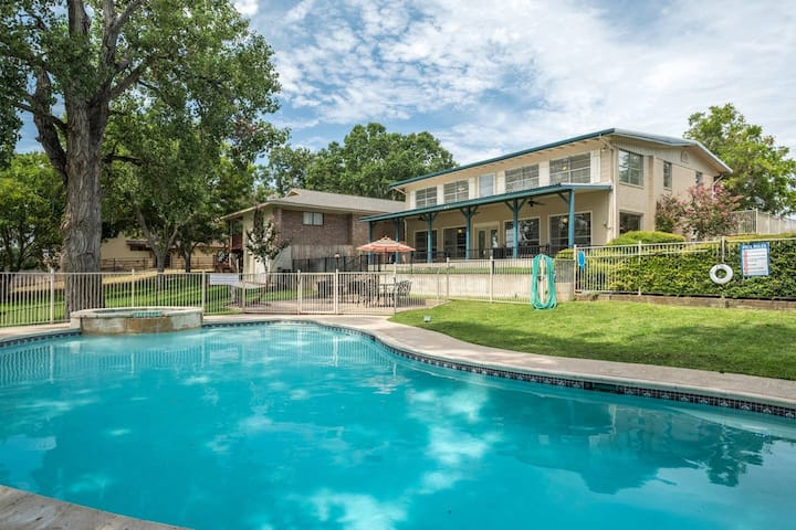 Azure Relaxin 1 - Shared POOL & HOT TUB! SLEEPS 20! BOAT LIFT! KAYAKS! FIRE PIT!