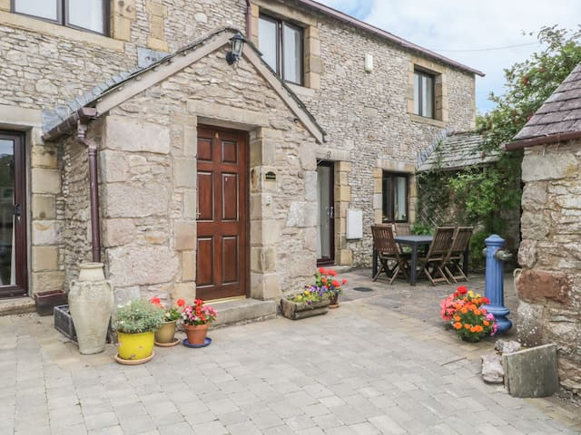 STONEGARTH COTTAGE, family friendly in Newby, Ref 972246