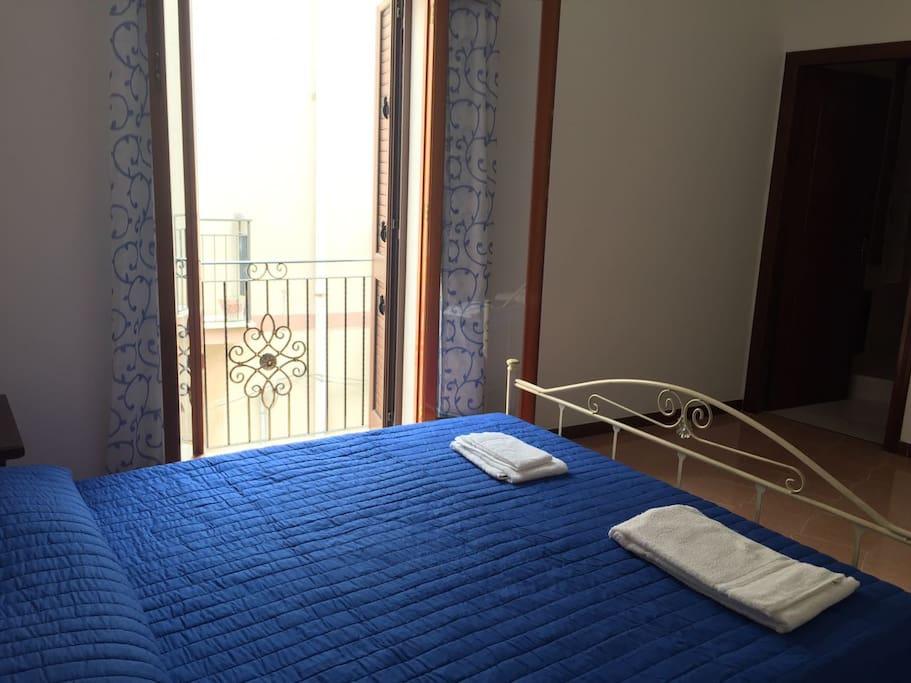 Camera da letto tripla con balcone e bagno privato.