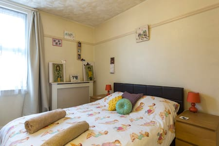 Cosy, artistic, king-size-bed room with character - Apartamento