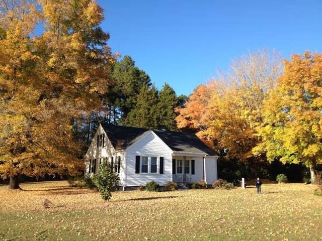 Cosy Country Cottage near VIR, Hyco  & Buggs Lake