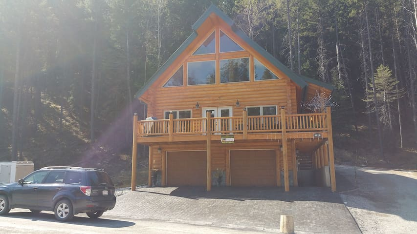 Picturesque Mountain View New Log - BLAIRMORE - Chalet