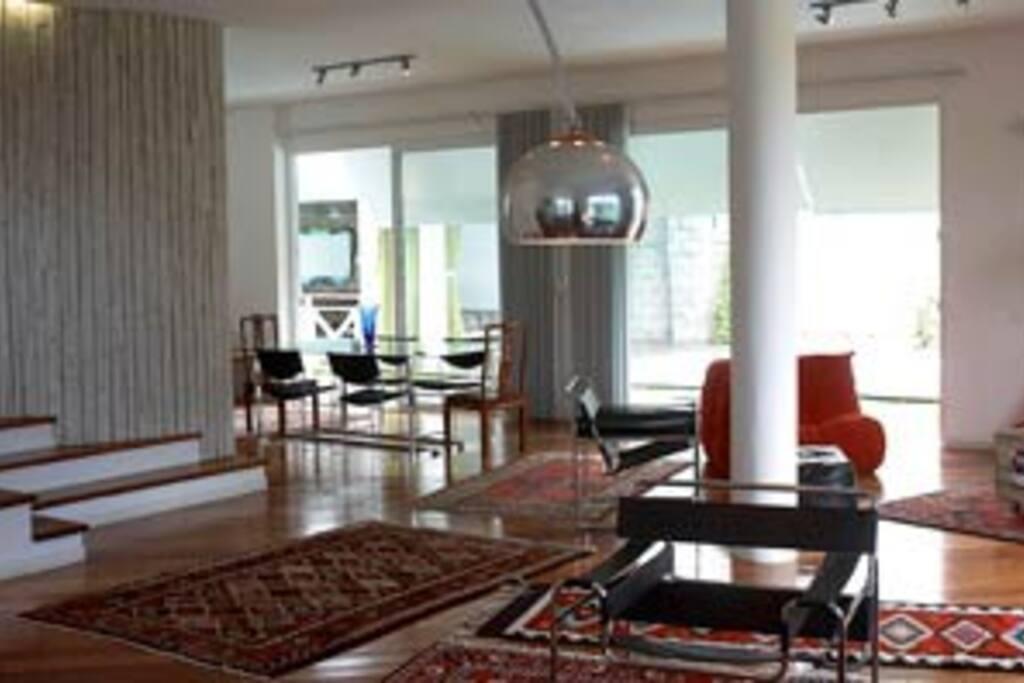 Sala de estar, com sala de jantar ao fundo.