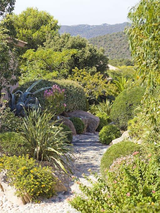 Le jardin, luxuriant et parfumé, est à lui seul la promesse d'une douceur de vivre.