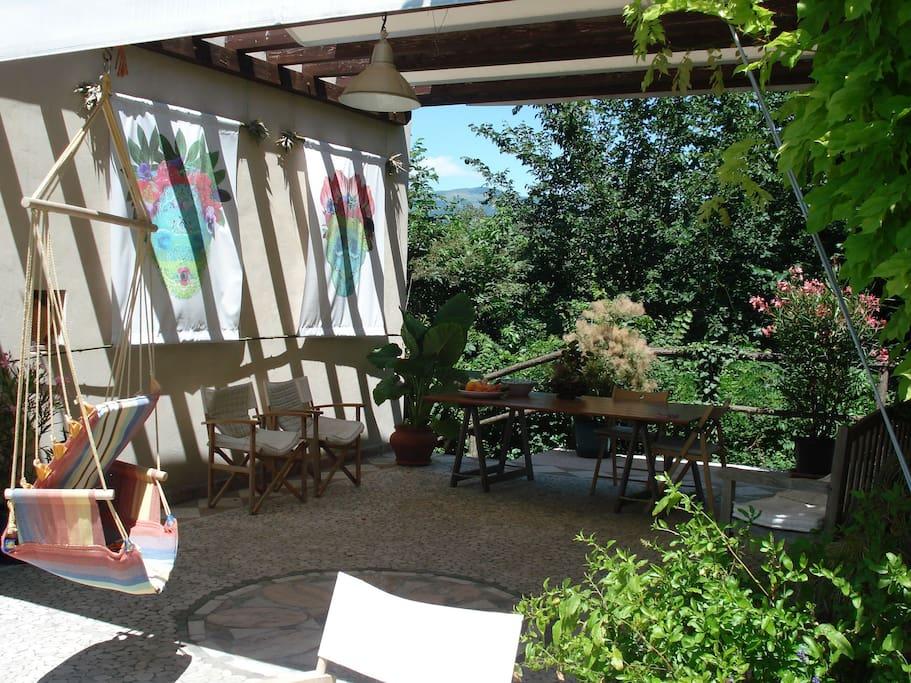 Der Hof zwischen den Häusern, auch an heißen Tagen ein angenehm erfrischender Ort.
