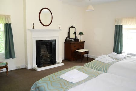 Iverley House Family Sleeps 4 - shared bathroom - Kidderminster