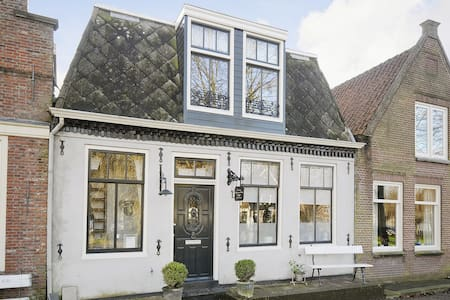 Old Dutch Canalhouse build in 1740 - Edam - 一軒家