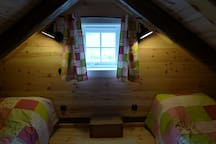 The sleeping loft with two beds of 200x75 cm