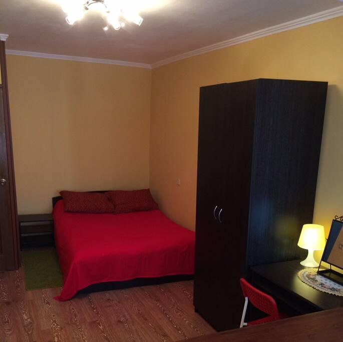Спальня. Двуспальная кровать, шкаф для одежды, туалетный столик  с зеркалом