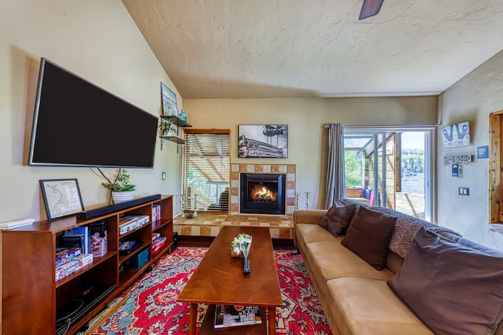 Cute cabin-style condo 1/2-mile from Giant Steps Ski Lodge - dog friendly!