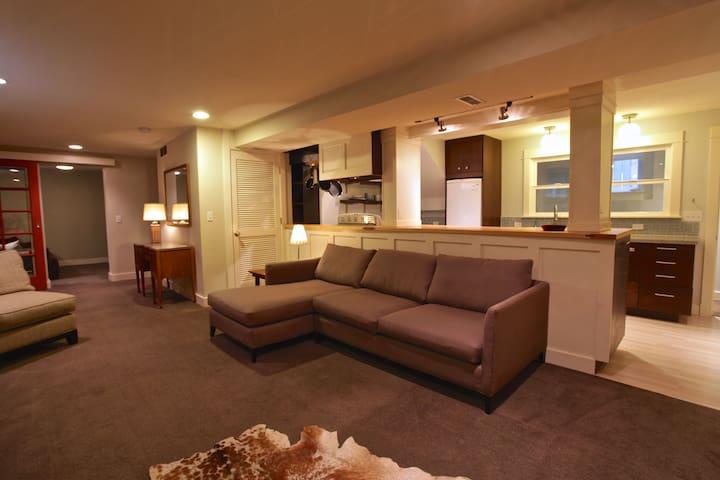 Spacious Bryant Apartment; walk to UW & hospitals
