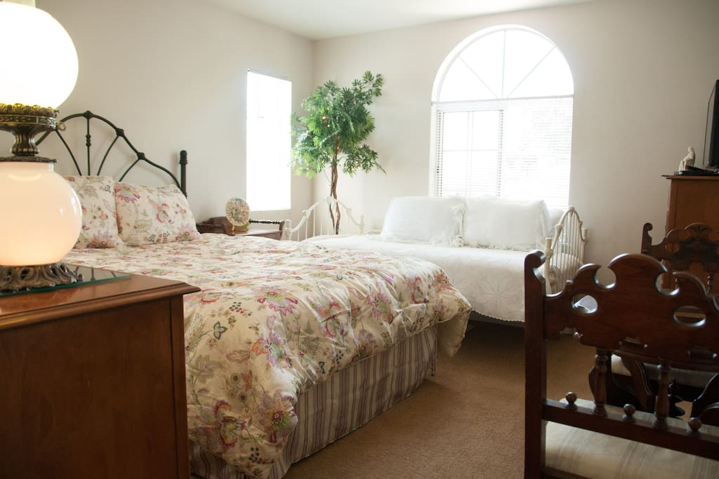 Same room with a Queen and a Twin day-bed! Sleeps 3. Pick your decor!