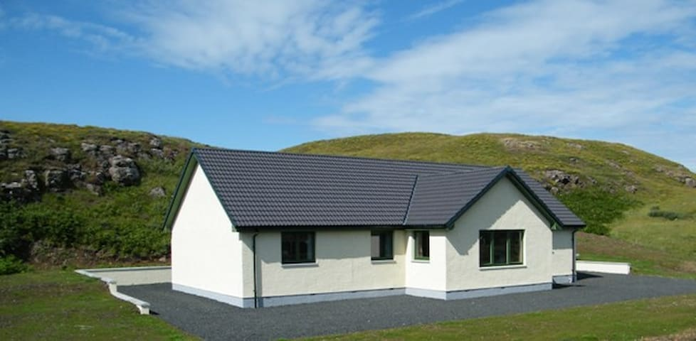 Arnaval in a quiet rural area with mountain views - Isle of Skye