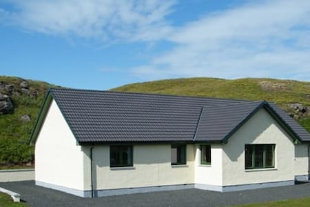 Arnaval in a quiet rural area with mountain views - Isle of Skye - Hus