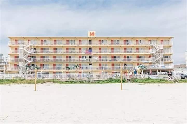 Panoramic ocean views - beachfront 1 bedroom condo