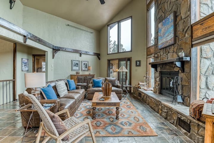 Beautiful, secluded, & updated mountain home w/ a fireplace, balcony, & views!
