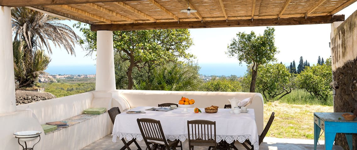 Country house, sea and Etna views