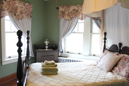 Private Guest Room in Historic Town - Strasburg - บ้าน