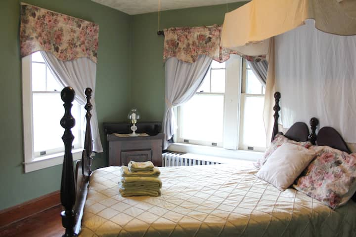 Private Guest Room in Historic Town