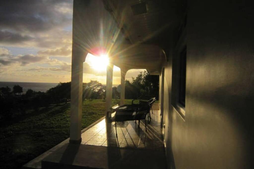 Vue de la terrasse au lever du soleil. View from the terrace at sunrise.