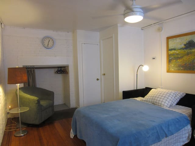 Clean Private Apartment, 1 block to New York Bus