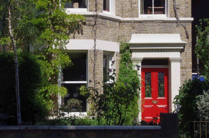 Double en-suite in Victorian home - ลอนดอน