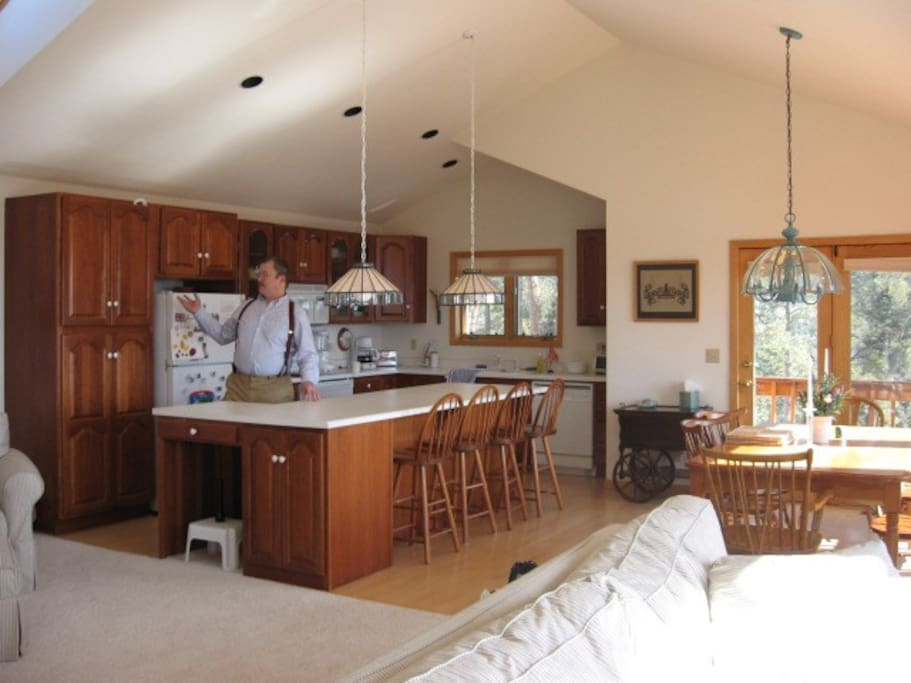 Fully stocked kitchen, dining room, Family room