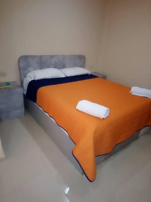 Habitación sencilla de una cama