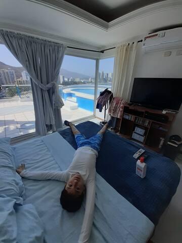 Master bedroom with A/C, Queen size bed and private bathroom. Habitación con cama queen, aire acondicionado y baño privado.